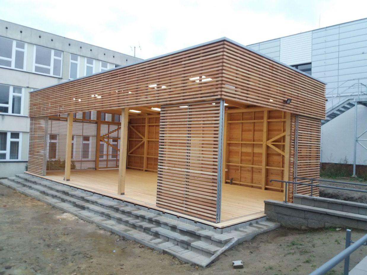 dreveny-lamelovy-obklad-fasady-s-posuvymi-panely
